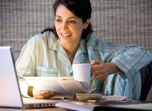 Mujer-trabajando-en-pijama
